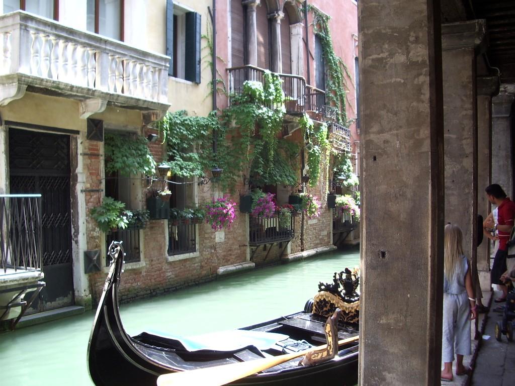 ヴェネツィアの運河とゴンドラ